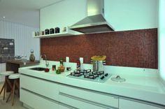 cozinha com pastilhas coloridas com tons de vermelho