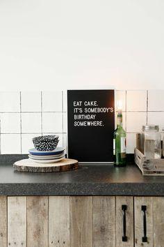 Houten keuken met accessoires | Wooden kitchen with accessoires | vtwonen 01-2018 | Fotografie & Styling Peggy Janssen