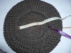 tuto photos et explications béret au crochet http://annthiescia.canalblog.com/archives/2013/10/25/28290746.html