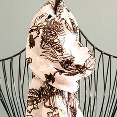So kühl ist es abends ja nicht mehr – aber ein schöner Schal ist immer ein tolles Accessoire! Dieser Baronissima Seidenschal zeigt in einer ungewöhnlichen Farbkombination in Rosé und Chocolate-Braun zierliche Paradiesvögel. Perfekt für jeden sommerlichen Anlass!