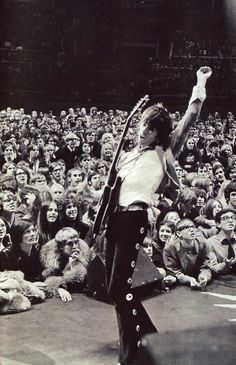 Keith Richards | rock n roll baby | guitar | iconic | sex & drugs | the rolling stones | onstage | on tour | perform | crowd | wow |