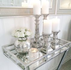Candelabri e vasetto mobile salotto wohnzimmer boden Candelabra and mobile living room j Silver Decor, Bathroom Counter Decor, Mirror Tray Decor, Glam Decor, Table Decor Living Room, Apartment Decor, Decorating Coffee Tables, House Interior Decor, Living Decor