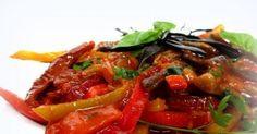 Bakłażany duszone z papryką i pomidorami. -Wszystkie warzywa starannie umyć. -Cebulę i oczyszczoną z pestek paprykę pokroić w... Sprawdź!