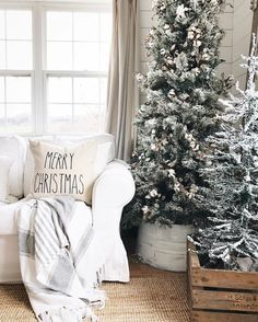 Are you looking for inspiration for christmas aesthetic?Browse around this site for cool Christmas inspiration.May the season bring you serenity. Flocked Christmas Trees, Beautiful Christmas Trees, Noel Christmas, Winter Christmas, Christmas Tree Decorations, Holiday Decor, Christmas Style, Nordic Christmas, Green Christmas