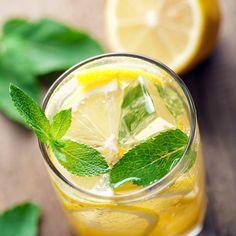 La limonata frizzante è la soluzione migliore per affrontare un agosto torrido! Riempite metà brocca di limonata e l'altra metà di acqua gasata SodaStream. Servite con ghiaccio, una fogliolina di menta e una fetta di limone o di lime.