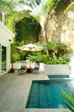 piscine pour petit jardin -plage-piscine-dallage-parterre-surélevé-parasol