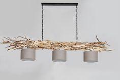 Hängeleuchte aus geschälten, gedrehten Ästen an Ketten mit drei Lampenschirmen www.holz-lampen.com