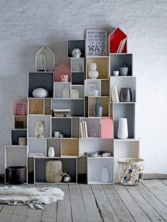 Boîtes à bouteille + peinture + papiers de couleur + huile de coude = une bibliothèque géniale !!