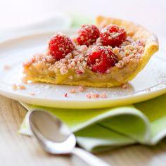 Découvrez la recette Tarte à la rhubarbe et aux framboises façon crumble sur cuisineactuelle.fr.