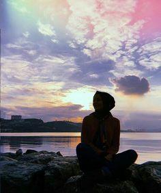 Image may contain: 1 person, cloud, sky, ocean, tw. Arab Girls Hijab, Muslim Girls, Hijabi Girl, Girl Hijab, Muslim Images, Muslim Pictures, Modele Hijab, Hijab Cartoon, Hijab Fashionista