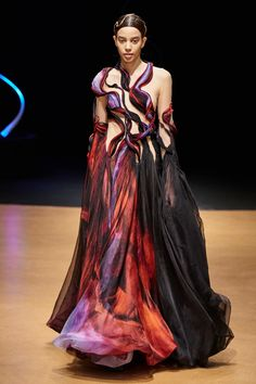 See all the Collection photos from Iris Van Herpen Spring/Summer 2020 Couture now on British Vogue India Fashion Week, Fashion 2020, Runway Fashion, High Fashion, Fashion Show, Fashion Looks, Fashion Outfits, Fashion Design, Fashion Details