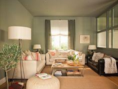 Un salón acogedor    Sofás, en Mercía. Mesa de centro, realizada por Marcos Piquet, diseño de la decoradora. Cojines de rayas, en Luzio y serigrafiados, en Lu Ink. Cortinas de lino de Coordonné.