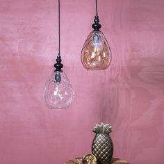 De Modena hanglamp glas is gemaakt van dik glas en hangt stijlvol boven aan de eettafel. De lamp is verkrijgbaar in helder glas of smokey.