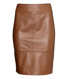 PREMIUM QUALITY. Fitted, knee-length skirt in leather. Slit and visible zip. Lined.