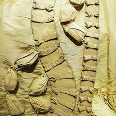Douceur du soir avec un détail de robe à la française admirée ce jour  #details #periodcostume #18thcentury #historicalclothing #yellow #fashionindetails