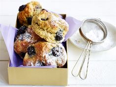 Sitruunaiset karhunvatukkaskonssit Fall Recipes, Scones, Doughnut, Muffin, Cookies, Baking, Breakfast, Sweet, Desserts