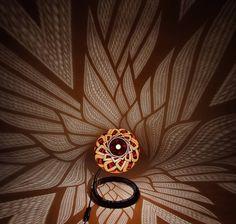 Calebasses (fruits secs) transformées en lampes  Finesse de la sculpture Ombres graphiques: dessins projetés sur les murs