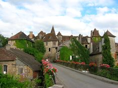 Carennac (home of Ann Barry of The New Yorker & The NY Times) is one of the most beautiful villages of France (along with 148 others, including neighbouring Loubressac, Autoire, Curemonte and Turenne). The summer months are notably warm and dry, temperatures averaging 30°.