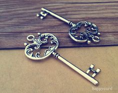 Hey, I found this really awesome Etsy listing at https://www.etsy.com/uk/listing/184671947/5pcs-of-antique-silver-key-pendant
