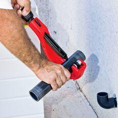 Découper les sections de tube PVC à installer au dos de la PAC. Tube Pvc, Le Tube, Pac Piscine, Local Technique, Pool Houses, Outdoor Power Equipment, Drill, Liner, Spas