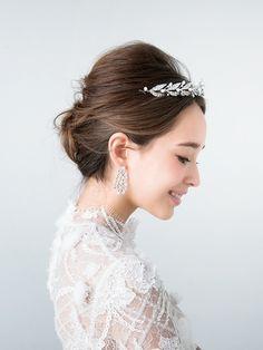 ティアラにゆるめの夜会巻き ウェディングドレス・カラードレスに合う〜アップの花嫁衣装の髪型まとめ一覧〜