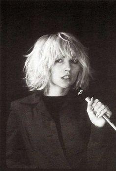 Debbie Harry by Bob Gruen, 1976 - blondie Debbie Harry Hair, Debbie Harry Style, Blondie Debbie Harry, Trendy Haircut, Haircut Short, Haircut Men, Short Bangs, Haircut Style, Messy Bangs