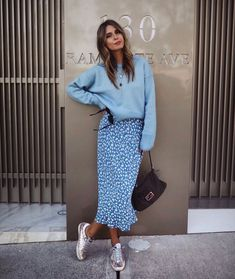 Kuscheliger Pullover mit Midirock und Turnschuhen – Outfits for Work – Cuddly sweater with midi skirt and sneakers – Outfits for Work – Look Fashion, Spring Fashion, Autumn Fashion, Womens Fashion, Fashion Trends, Blue Fashion, Nordic Fashion, Fashion Tips, Fashion Ideas
