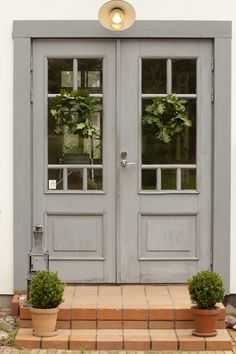 This new decorative glass front door adds so much style and curb appeal to this home! Exterior Entry Doors, Entrance Doors, Doors And Floors, Windows And Doors, Hall Interior Design, Porche, Modern Farmhouse Exterior, Glass Front Door, Cottage Farmhouse