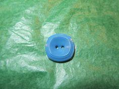 """(1)  3/4"""" TIERED COLT? BLUE PLASTIC 2-HOLE BUTTON - VINTAGE Lot#GB1216"""