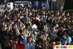 Para fans Lady Gaga menunggu konser penyanyi AS Lady Gaga di depan stadion Olimpiade di Seoul.