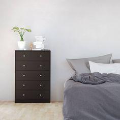 De May kommode met 5 lades in zwart is ontworpen in een eenvoudig design. Dit maakt net dat hij zowat overal thuishoort. Net, Dresser As Nightstand, Table, Furniture, Design, Home Decor, Dresser, Decoration Home, Room Decor