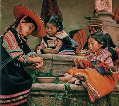 L'empire du soleil, texte d'Evrard de Rouvre, photos d'Enrico Gras et Mario Craveri, editions Hachette, 1957. Repinned by Elizabeth VanBuskirk. Though posed I think this photo is lovely, like a painting. In '57 many Andean villagers wore traditional clothes every day. Here they are probably visiting the City.