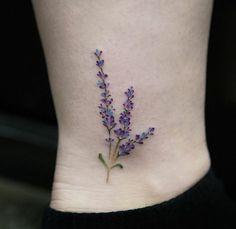 bonito tatu pequeño con flores