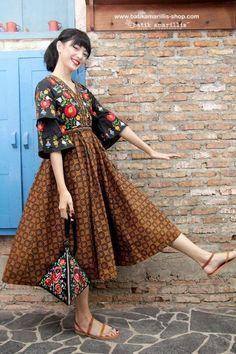 Modern Folk Embroidery Batik Amarillis's Arcana hand bag A delightful Triangle hand bag With ukrainian folk embroidery inspired :) Batik Fashion, Ethnic Fashion, Hijab Fashion, Fashion Dresses, Womens Fashion, Modern Fashion, Batik Kebaya, Batik Dress, Kulot Batik