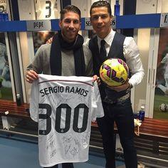 club de fansOrgulloso de cumplir 300 partidos en Liga con esta camiseta y alegría de hacerlo ganando de nuevo.. Con este bicho que hacemos @cr