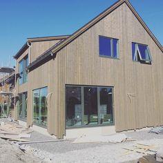 #liseshus#bygggros #blinkhus #nyehus#modernehus#movik Den flotte foldedøra er på plass!! Dette huset blir fantastisk flott!! #icopalquadro på taket😀fl Shed, Outdoor Structures, Lean To Shed, Backyard Sheds, Coops, Barn, Tool Storage, Sheds