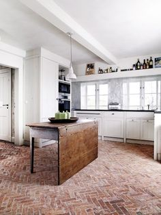 Bricks bring an urban edge to the home. A material typically used outside, brick flooring helps to create a connected space between the exterior and interior of a residence. Here we showcase our favourite ideas for using brick flooring at home. Brick Floor Kitchen, Kitchen Flooring, Farmhouse Flooring, Kitchen Backsplash, Kitchen Appliances, Planchers En Chevrons, Sweet Home, Brick Flooring, Flooring Ideas