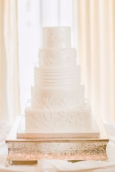 A detail you may not think of for your wedding day - sometimes, a beautiful cake stand can elevate even a simple wedding cake. While this cake has wonderfully intricate piping, we think the golden cake stand takes it to the next (incredibly elegant!) level.