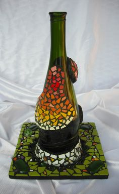 Botella decorada en trencadís, en tonos verdes. Plano dorsal. http://joanserinya.blogspot.com.es/