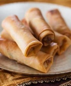 Chinese Spring Rolls With Chicken Recipe - Light, crisp-crackly skin and small enough to enjoy in 4 bites, light and full of tender-crisp vegetables filling Easy Spring Rolls, Chinese Spring Rolls, Chinese Egg Rolls, Homemade Spring Rolls, Kitchen Recipes, Cooking Recipes, Chicken Crisps, Chicken Rice, Chicken Spring Rolls