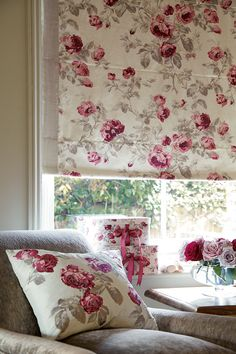 Wonderful Free of Charge Roman Blinds laura ashley Style Roman blinds are a well known favourite among conscious homeowners as they provide a classy, stylish and affordable solu Red Cottage, Cozy Cottage, Shabby Cottage, Cottage Style, Cortina Roller, Rideaux Shabby Chic, Laura Ashley Home, Home And Deco, Country Decor
