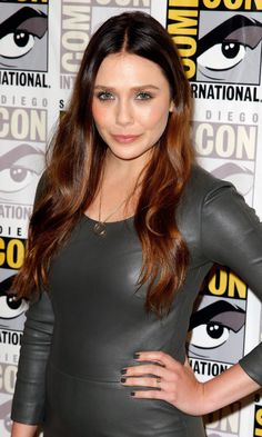 Photos via: Lizzie Olsen Elizabeth at a Comic Con event with soft waves, a ring pendant, luxe leather dress and suede sandals. Beautiful Celebrities, Beautiful Actresses, Beautiful Women, Hottest Female Celebrities, Hollywood Celebrities, Hollywood Actresses, Elizabeth Olsen Scarlet Witch, Mary Elizabeth, Olsen Sister