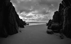 29 Ideas for wall paper ipad beach rocks Ipad Air Wallpaper, Beach Wallpaper, Dark Wallpaper, Wallpaper Desktop, Black And White Beach, Black And White Wallpaper, Strand Wallpaper, Wallpaper Aesthetic, Beach Rocks