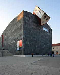 House Attack d'Erwin Wurm, Vienne