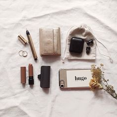 What In My Bag, What's In Your Bag, My Bags, Purses And Bags, Inside My Bag, What's In My Purse, Minimalist Bag, Flat Lay Photography, Vogue