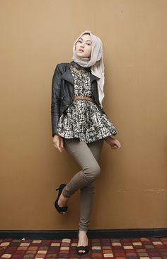 Leather jacket and beige scarf. #hijab