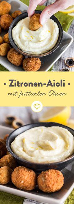 Zitronensaft- und abrieb verleihen deiner Aioli nicht nur Frische, sondern passen besonders gut zu den ummantelten, würzigen Oliven.