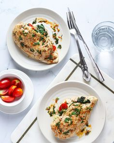 These Cheesy Pesto Spinach Stuffed Chicken Breasts from Lauren Kelly Nutrition are simple to make, healthy, low carb and delicious! Spinach Stuffed Chicken, Lemon Chicken, Baked Chicken, Chicken Recipes, Pesto Spinach, Tomato Pesto, New Recipes, Dinner Recipes, Lauren Kelly