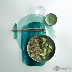말간 연두에서 푸릇한 기운이 스며든 초록까지, 색이 선연하게 오른 봄나물과 채소로 차린 요리가 봄날의 미각을 자극한다. 눈과 입을 산뜻하게 채우는 식탁 위 그린 빛깔 서정. 시나브로 봄이 번진다. K Food, Food Menu, Food Art, Detox Recipes, New Recipes, Viet Food, Winter Vegetables, Food Concept, Food Pictures