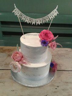 Half-naked-cake mit Spitze und Sommerblüten